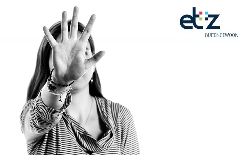 Een foto van een vrouw met haar hand voor haar gezicht en het Elizabeth ziekenhuis logo