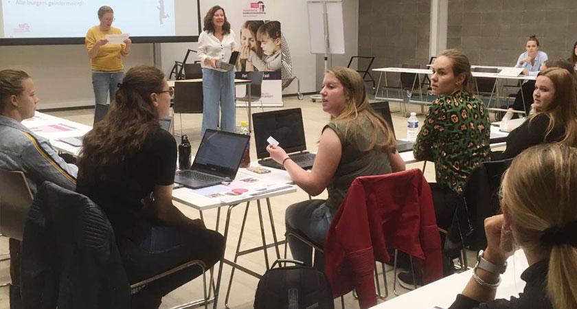 Een foto van de wethouder Marcelle Hendrickx in gesprek met Fontys studenten