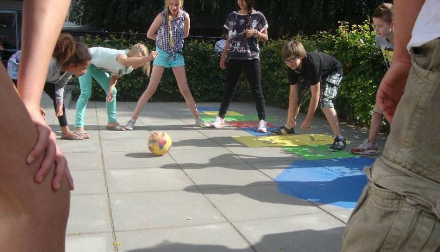 Kinderen spelen op een schoolplein