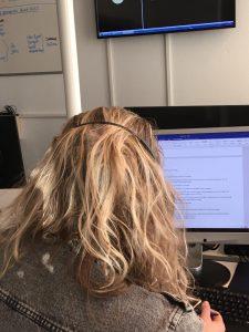 Medewerker Veilig Thuis achter computer