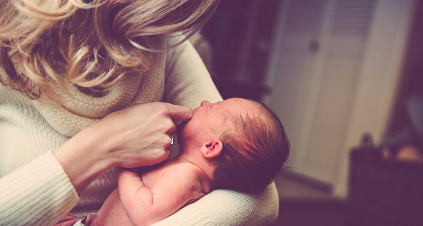 pasgeboren baby met moeder