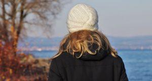 Meisje kijkt naar meer